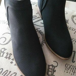 Journee Women's RoundToe pinhole Faux Suede Boots